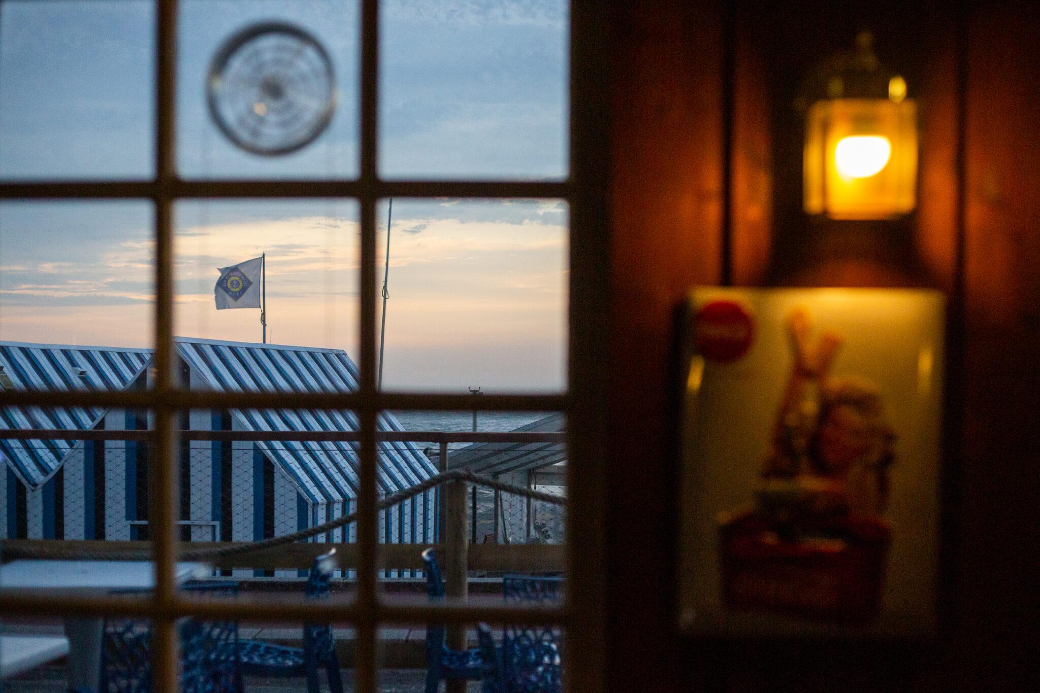 Pub La Sirène intérieur de nuit vue sur la mer