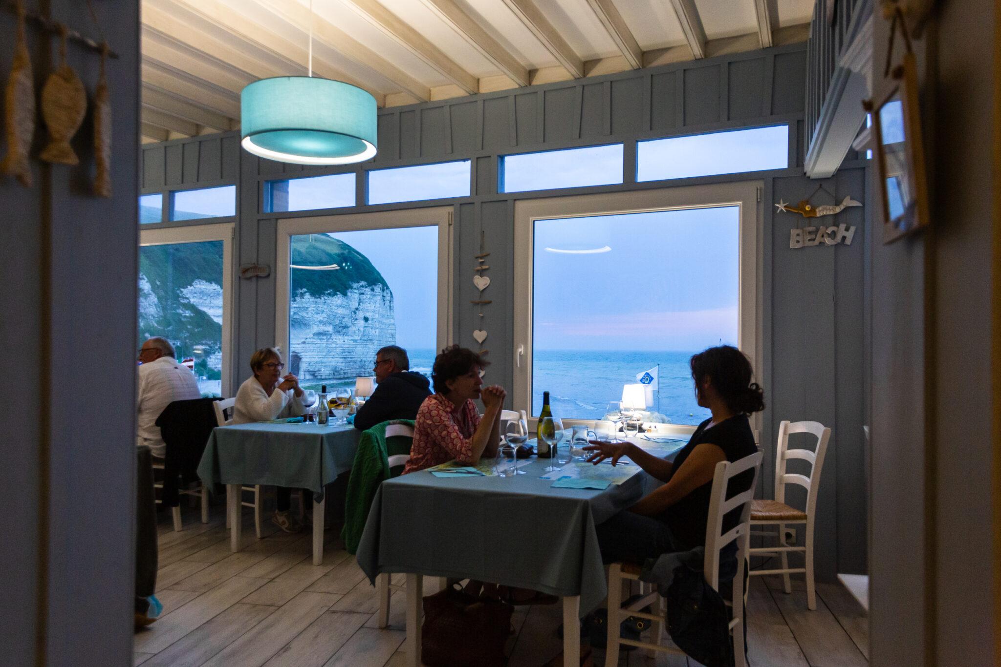 Restaurant La Sirène grande salle vue sur la mer de nuit